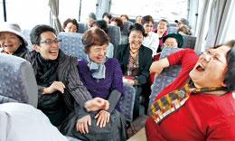「みんなで旅行は楽しいね~♪」マイクロバスの中。行きも帰りも大はしゃぎ
