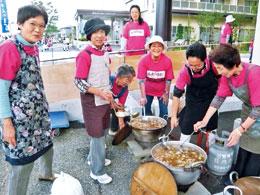 「おいしい芋煮ができたよ!」ふれあいまつり。提供した芋煮は300食。おいしいと大好評でした(写真提供 酒田健康生協)