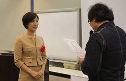 ▲藤沼所長(右)から修了証を授与される町野医師