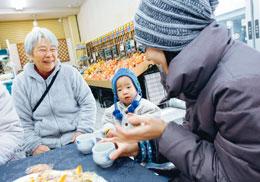守山南支部の瀬戸加枝さんと、いっぷく茶屋に立ち寄った親子