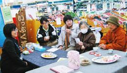専門家に気になることを相談。いきいき支援センターの寺本由美子さん(左から2人目)も同席