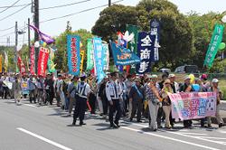 ▲「平和」と「核兵器廃絶」を訴えながら行進
