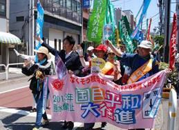 ▲川崎市内を行く平和行進団