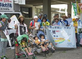 ▲川西市役所前の引継ぎ集会の一幕