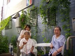 ▲宝塚医療生協のデイルーム玄関前