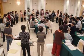 ▲模擬班会(中央)を見守る参加者たち