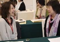 ▲身振り・笑顔・態度などを交え非言語コミュニケーションの演習をする受講者たち