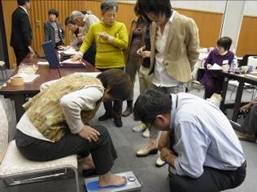 ▲足指力測定機器を体験する参加者(西会場)