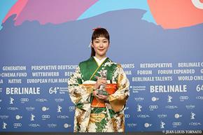 ▲最優秀女優賞の「銀熊賞」に輝いた黒木華さん