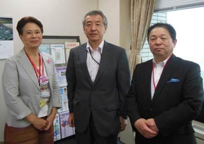 ▲右から藤谷惠三副会長理事、原勝則老健局長、山内明子執行役員