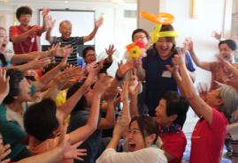 ▲ハプニング企画:誕生日の受講生を笑顔で祝う