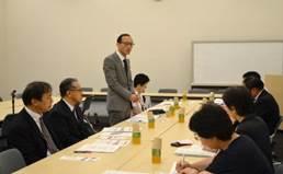 ▲報告する東久保専務理事(左から3人目)