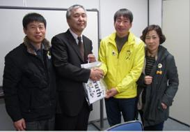 ▲(左から)オ・ソングン氏(韓国医療生協連)、松本常務、ご遺族