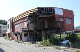 ▲人の居ない避難地区の津波で壊れたままの家屋
