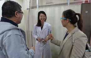 ▲診療所(東洋医学)で、職員と交流