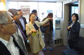 ▲歯科事業所を視察する参加者たち
