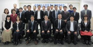 ▲第8期幹部学校修了者たちと藤原高明会長理事(前列中央)