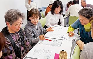 いざというときに何が必要か話し合う青木みち子さん(左から2人目)や岡田きぬ子さん(左端)など玉島西中学校区の防災を考える会の参加者