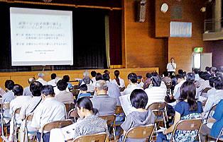 家族連れなど約100人が参加した「防災講演会」