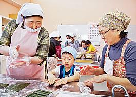 調理師の主浜明美さん(左)と高橋ツエさん(右)といっしょに飾り巻きずしを作ります