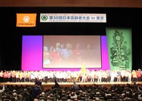 ▲フィナーレ:350人を超す高齢者大会合唱団