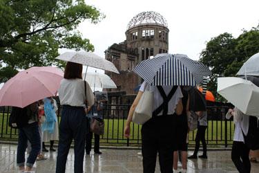 原爆ドーム前でガイドの説明を受ける参加者